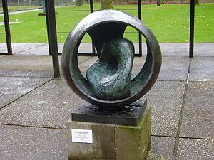 sculpture B Hepworth sphère avec une forme intérieure